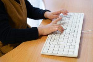 JavaScriptを勉強する小学生のイメージ
